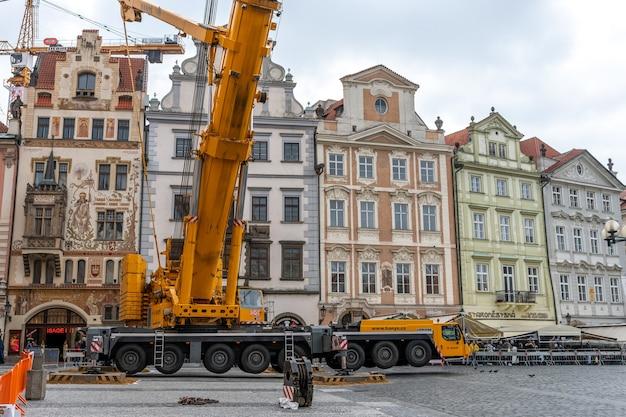 Trabalhos de reparação na praça da cidade velha em praga, república checa.