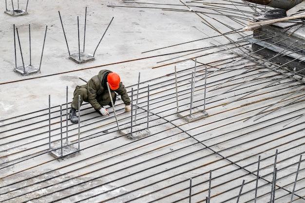 Trabalhos de soldagem no canteiro de obras de um prédio de apartamentos ou shopping center