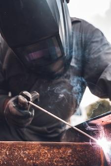Trabalhos de soldagem, soldagem em oficina. trabalho em metal e faíscas. construção e conceito industrial.
