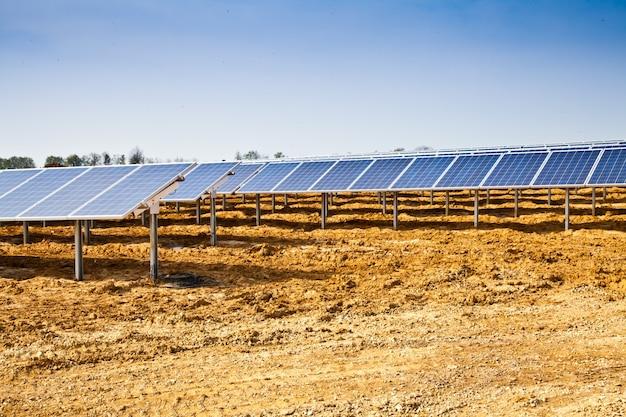 Trabalhos em andamento em uma planta de painel solar,
