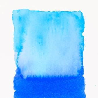 Traçados de pincel abstrato azul quente em aquarela sobre fundo branco