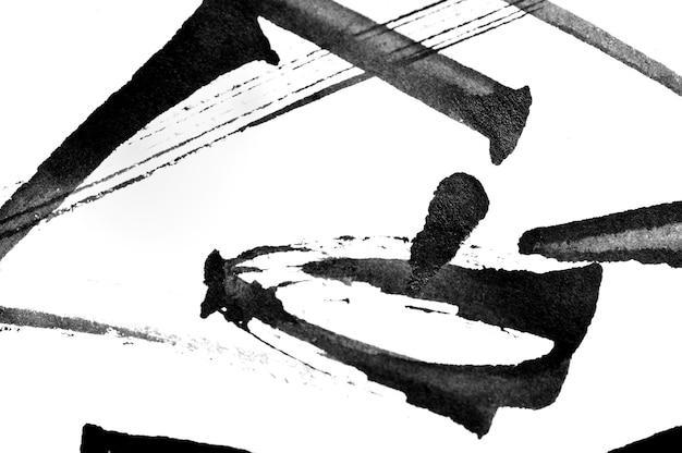 Traçados de pincel de caligrafia abstrata preto e respingos de papel de tinta em um fundo branco.