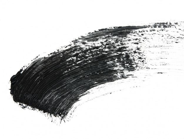Traçados de pincel de rímel preto isolados no branco.
