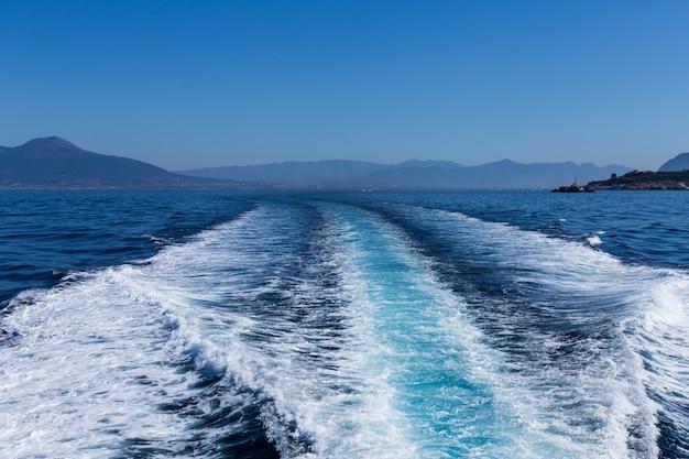 Traçar a cauda da lancha na superfície da água no mar