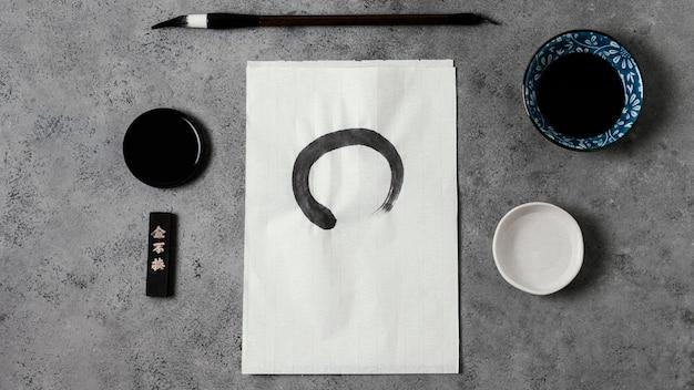 Traço de tinta chinesa em papel branco