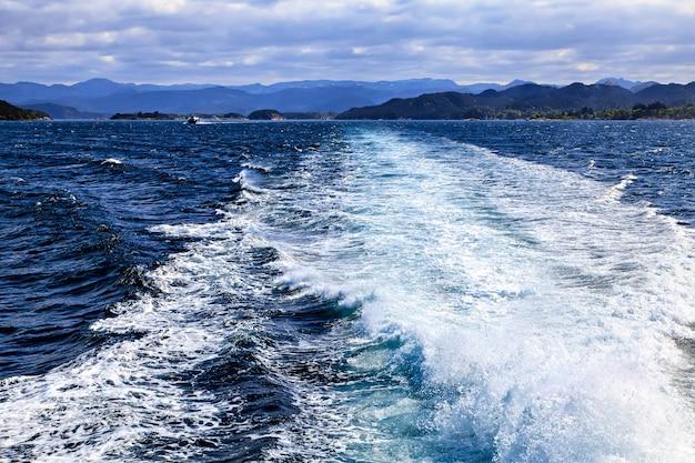 Traço de um navio na superfície do mar, cruzeiro