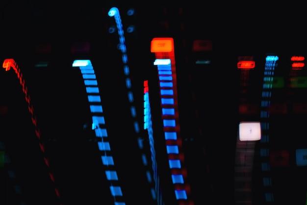 Traços coloridos de efeitos na longa exposição de equipamentos musicais de botões de luz