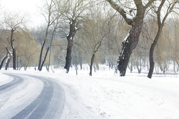 Traços de pneus na curva da estrada coberta de neve no inverno