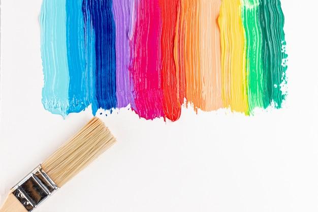 Traços de tinta colorida e pincel