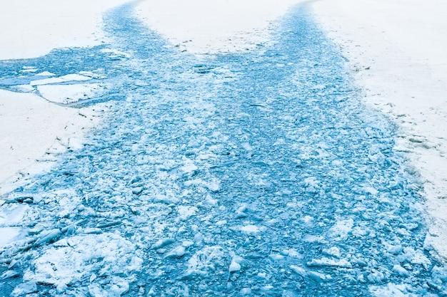 Traços do quebra-gelo, gelo quebrado no ártico no inverno.