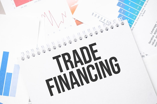 Trade financing texto em papel na superfície do gráfico com caneta