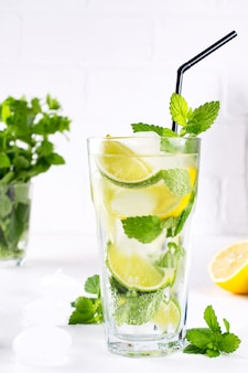 Tradição verão bebida mojito com limão e hortelã na mesa branca