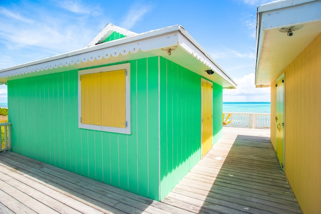 Tradicionais casas caribenhas brilhantes na praia