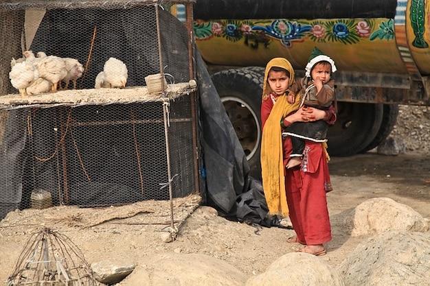 Tradicionais irmãs vestuário crianças afeganistão