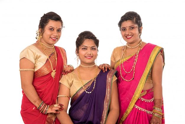 Tradicionais lindas garotas indianas em sari posando no espaço em branco