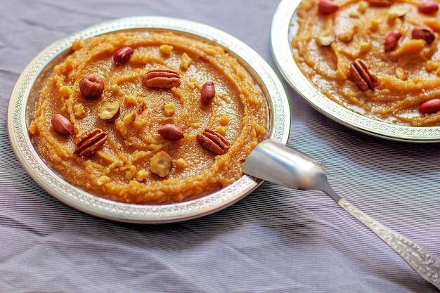Tradicional azerbaijão, indiano, turco doce sobremesa halvah com nozes por cima