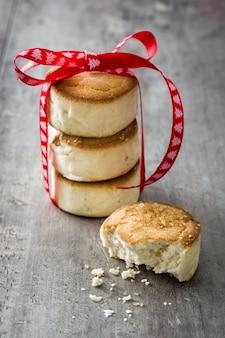 Tradicional biscoito amanteigado de natal e enfeites de natal na mesa de madeira