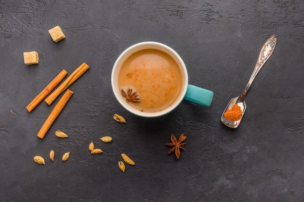Tradicional chá indiano masala chai em xícara azul