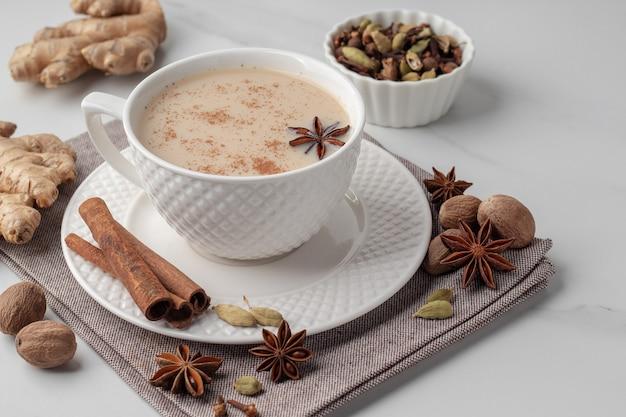 Tradicional chá indiano masala com especiarias