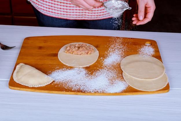 Tradicional crimean tatar dish- cheburek em fundo de madeira está pronto