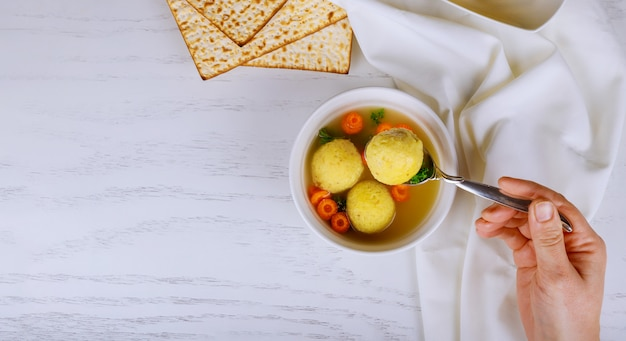 Tradicional da deliciosa páscoa judaica caseira prato matzah bola sopa