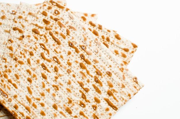 Tradicional judeu kosher matzo para pesah de páscoa em uma guia de madeira