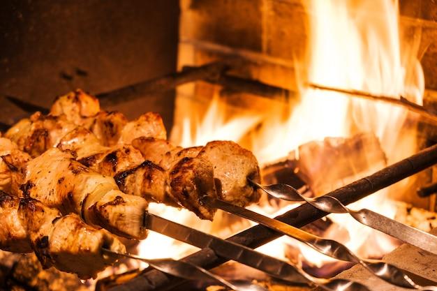 Tradicional kebab de peru na grelha com espetos no restaurante turco para jantar. cultura alimentar na turquia.