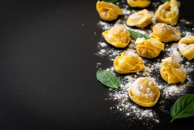 Tradicional macarrão tortellini italiano, comida italiana