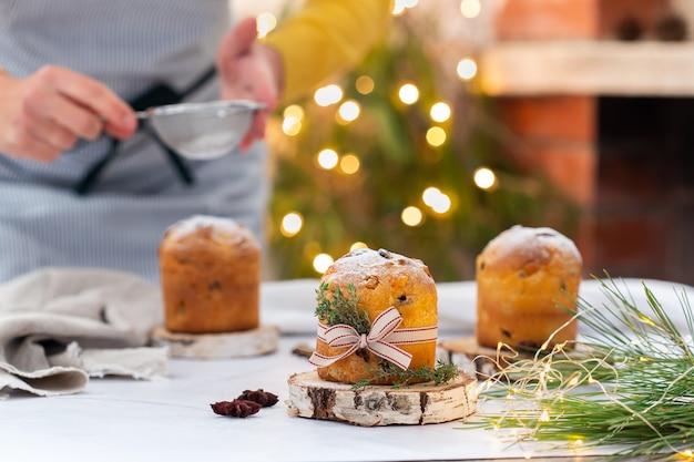 Tradicional panetone italiano de bolo de natal com decoração festiva