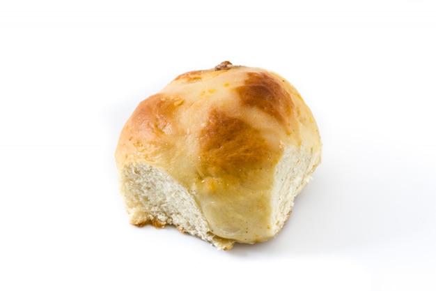 Tradicional páscoa pão cruz quente em branco