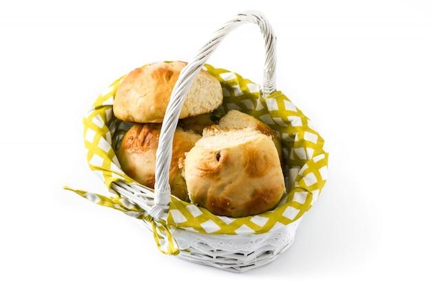 Tradicional páscoa quente cruz pães em uma cesta em branco