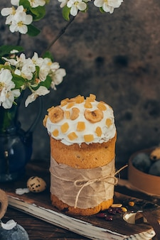 Tradicional páscoa russa pão kulich com flor de maçã e ovos coloridos