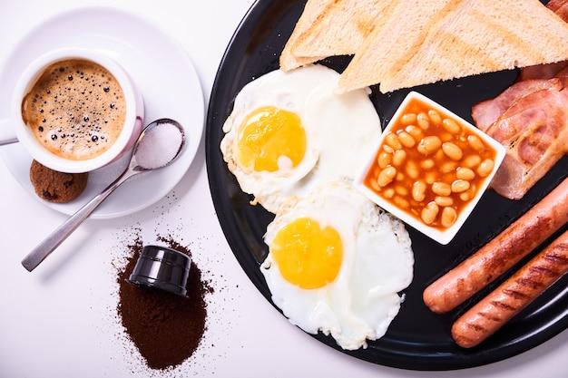 Tradicional pequeno-almoço inglês completo