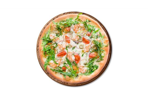 Tradicional pizza italiana com camarão, mussarela e rúcula na placa de madeira isolada