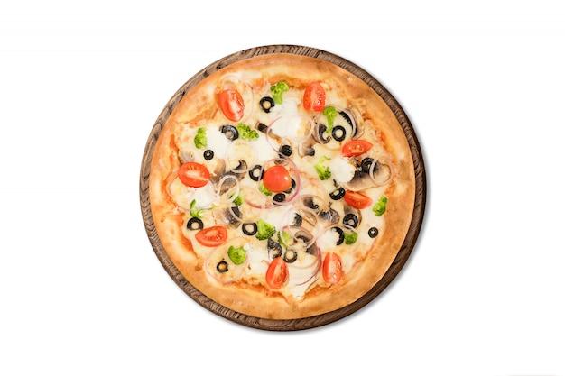 Tradicional pizza italiana com cogumelos, tomate cereja e azeitonas na placa de madeira isolada