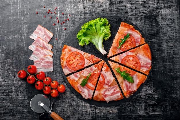 Tradicional pizza italiana com queijo mussarela, presunto, tomate, pimenta, especiarias pepperoni e rucola fresco