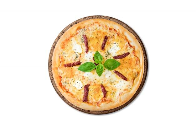 Tradicional pizza italiana com salsichas defumadas, mussarela e manjericão na placa de madeira isolada