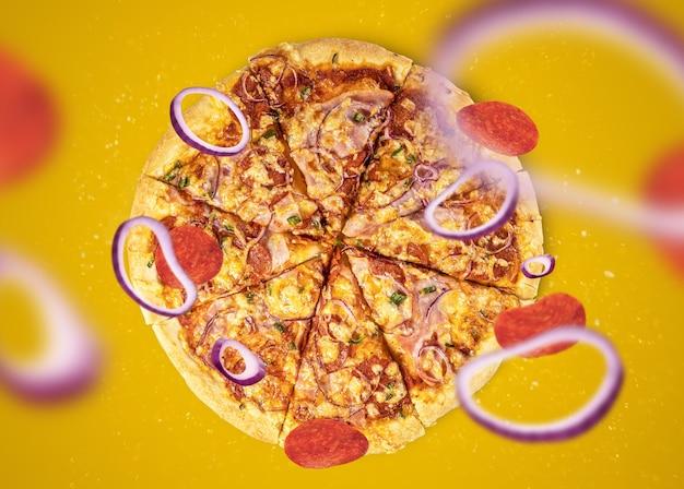 Tradicional pizza italiana recém-assada com espaço de cópia para desenho ou texto