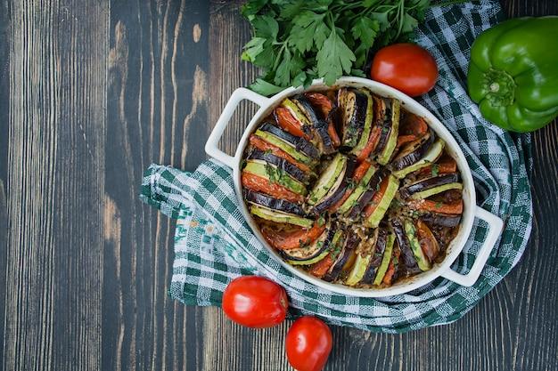 Tradicional prato de legumes francês cozido no forno