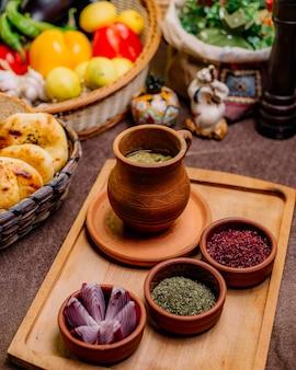 Tradicional prato pena ervilhas de carneiro batata cebola sumakh vista lateral