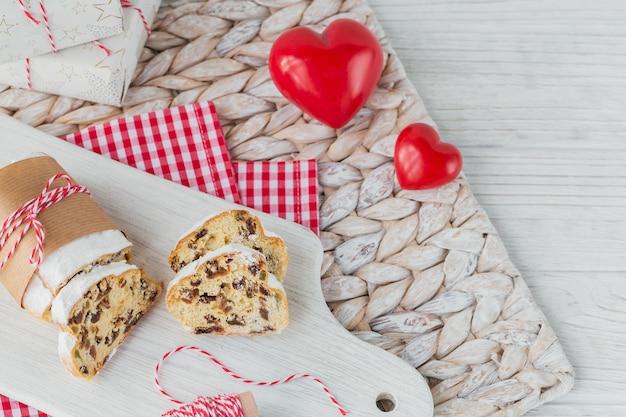 Tradicional sobremesa festiva de natal na mesa de madeira