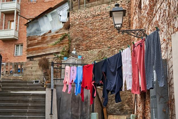 Tradições domésticas na geórgia. a roupa lavada é seca na varanda do lado de fora.