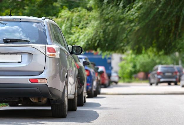 Tráfego da cidade com carros estacionados em fila do lado da rua. conceito de estacionamento de veículos.