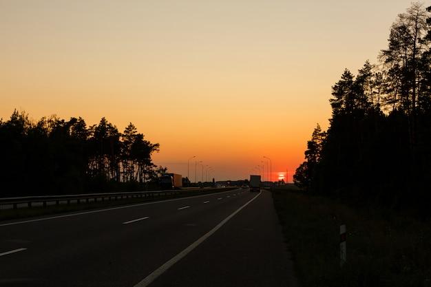 Tráfego da estrada no pôr do sol
