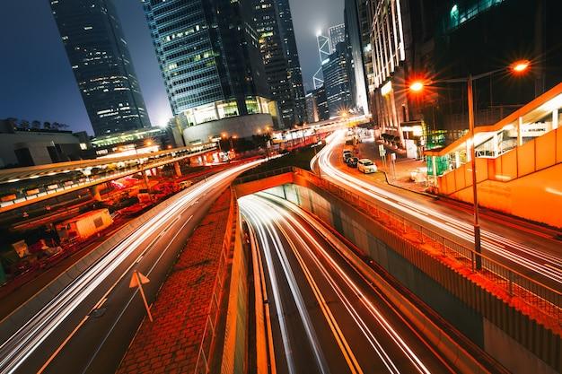 Tráfego da rua no por do sol crepuscular em hong kong.