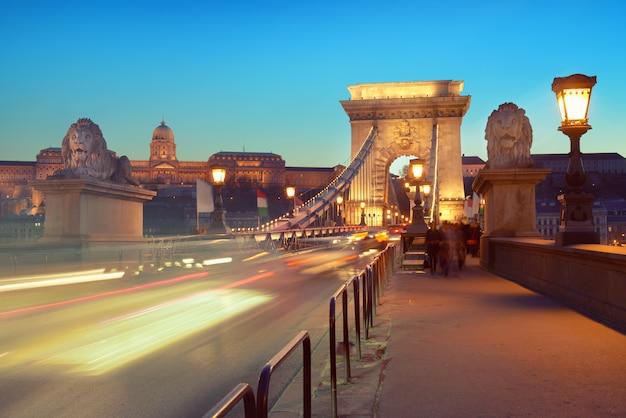 Tráfego de noite na ponte suspensa em budapeste, hungria