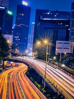 Tráfego de rua em hong kong à noite