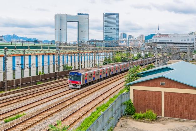 Tráfego de trem do metrô de seul na cidade de seul, coreia do sul