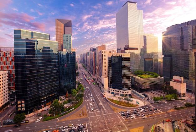 Tráfego em gangnam city seoul, coreia do sul.