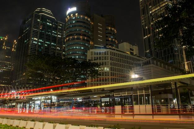 Tráfego na cidade à noite. jacarta, indonésia, 23 de junho de 2021.